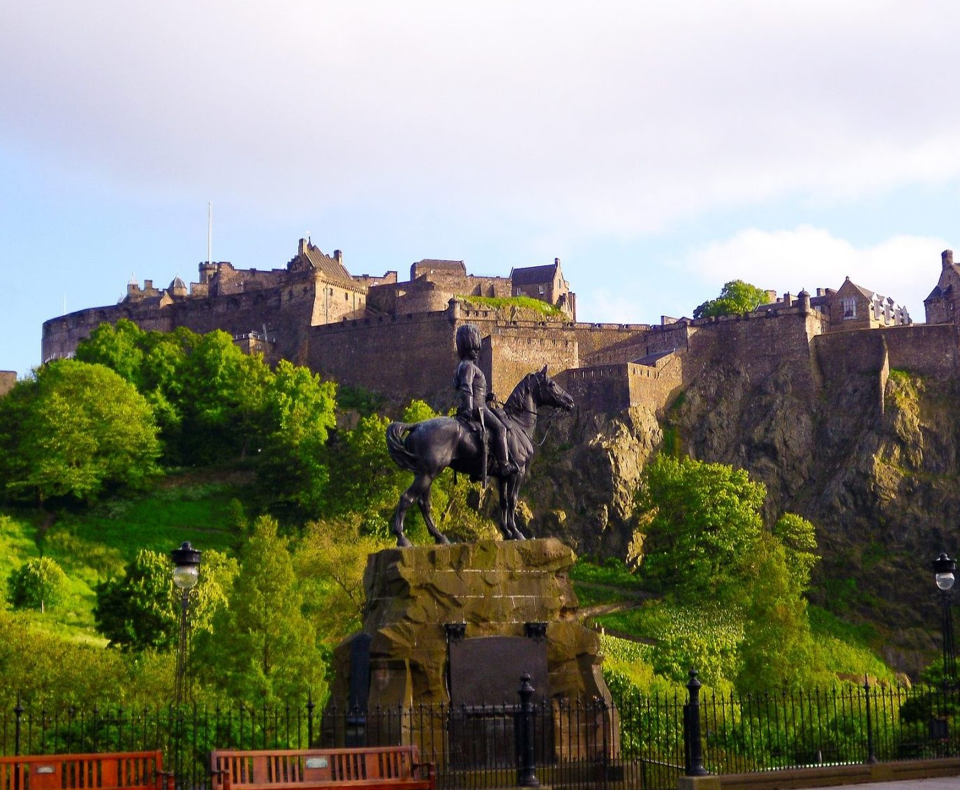 edinburgh-castle-scotland-2691043_1920